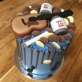 Guitar Drip Cake 1
